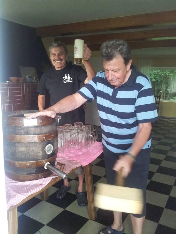 Theatergrillen 2013 - Bier anzapfen - St.Pantaleon